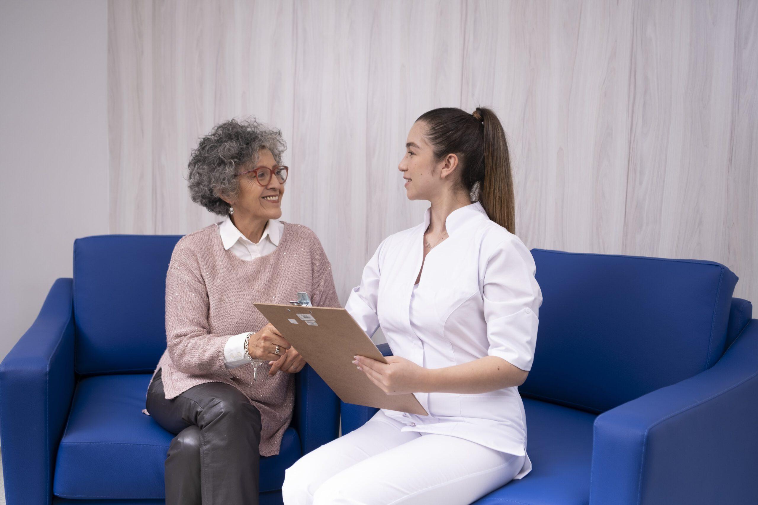 Krankenschwester mit einer älteren Dame